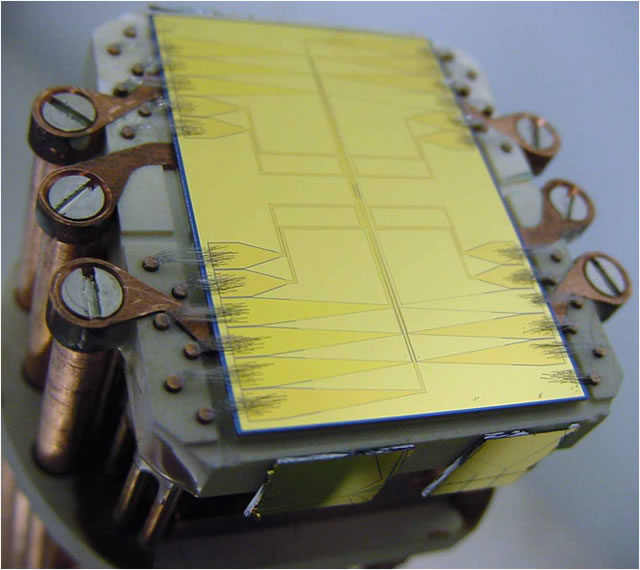 An AtomChip for neutral atoms with which a previously unknown phenomenon in electron transport was observed