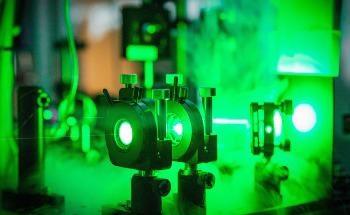 研究人员引导电子脉冲通过纳米结构通道来推进粒子加速器